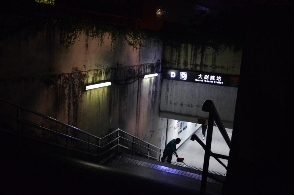 深圳地铁站出口的环卫工