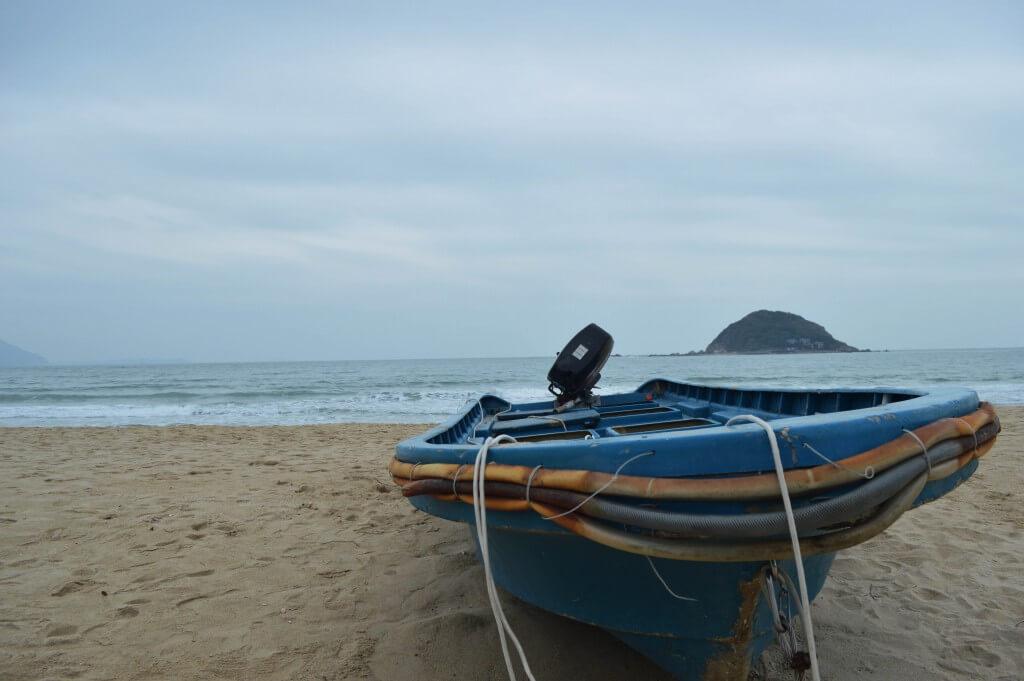 西冲沙滩上的游艇